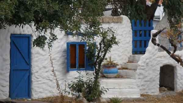Rhodos typische Fassade mit blauer Tuere