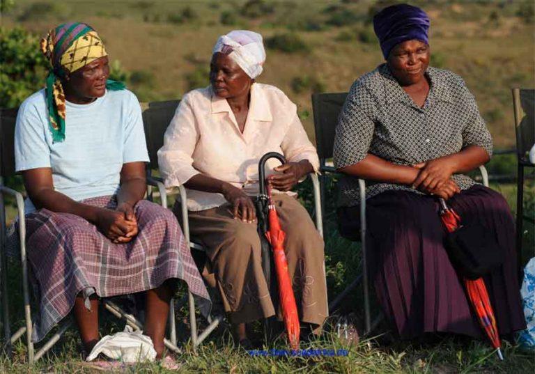 Schwarze Frauen in Suedafrika sitzend