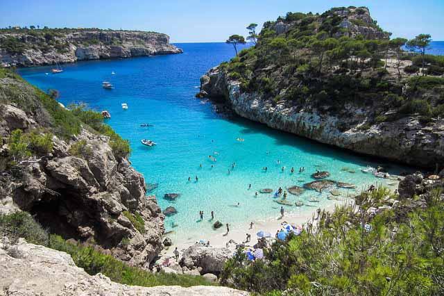 Strandbucht mit tuerkisem Wasser auf Mallorca