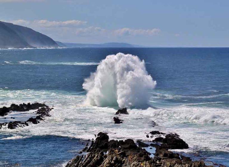 Suedafrika wilde Kueste mit Wellen