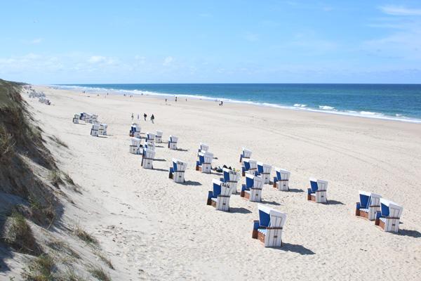 Strandkoerbe am Meer auf Sylt