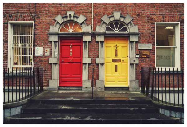 Dublin gelbe und rote Haustueren