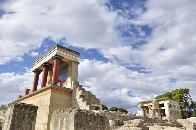Knossos Palast auf Kreta unter bewoelktem Himmel