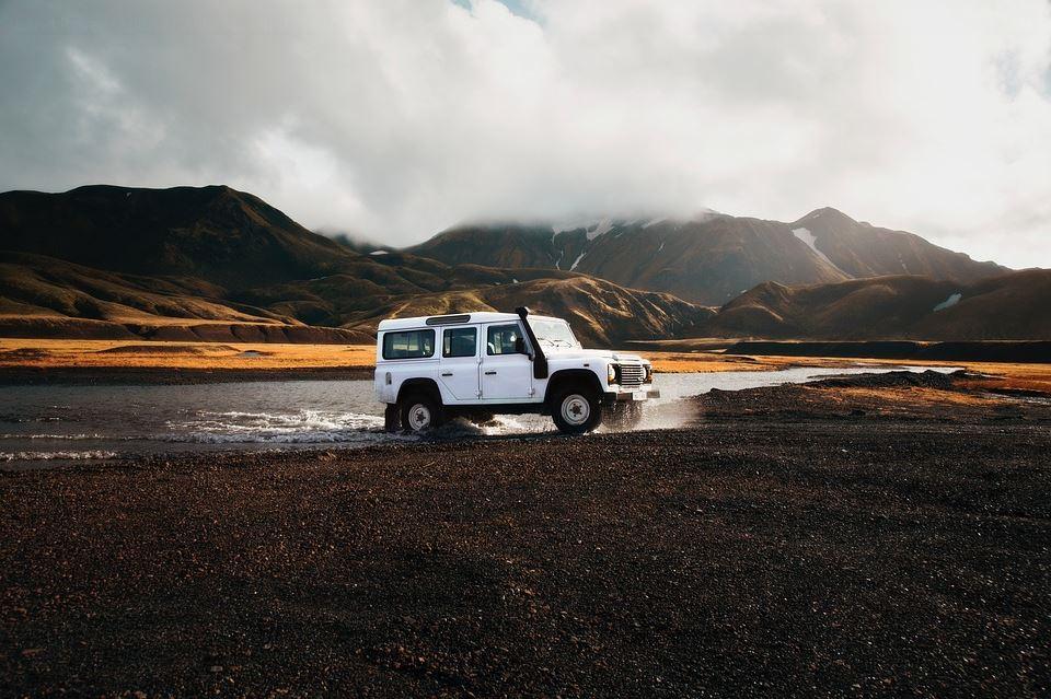 Land Rover Allrad Fahrzeug auf Island