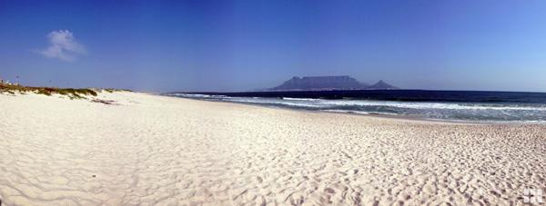 Blick ueber Strand zum Tafelberg, Mietwagen Kapstadt, Mietwagen-Preisvergleich