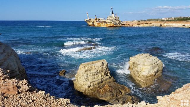 Zyperns Küste mit Fels und Strand