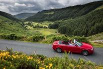 Rotes Cabrio auf Strasse, Mietwagen in Dublin, Mietwagen-Preisvergleich
