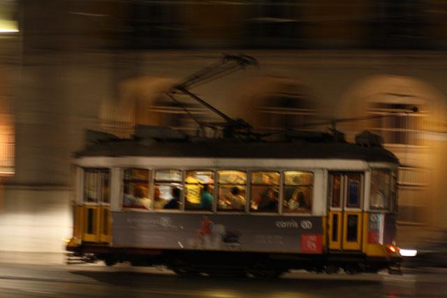 Strassenbahn in Lissabon bei Nacht