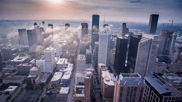 Skyline der Stadt im Gegenlicht