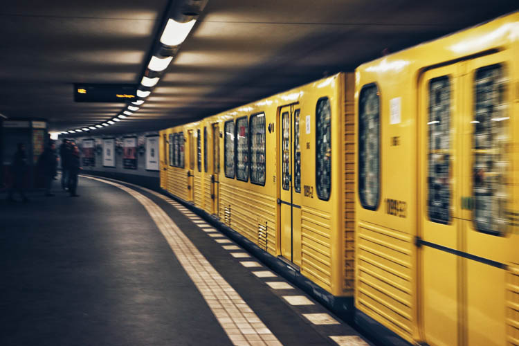 gelbe U-Bahn in Berlin