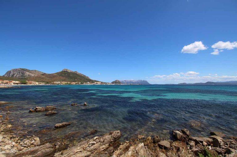 Blick auf Meer vom Strand aus, Sardinien