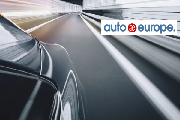 Auto auf Strasse: Mietwagen-Preisvergleich