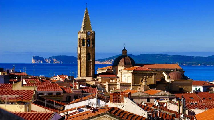Olbia Blick über die Stadt mit Kirche