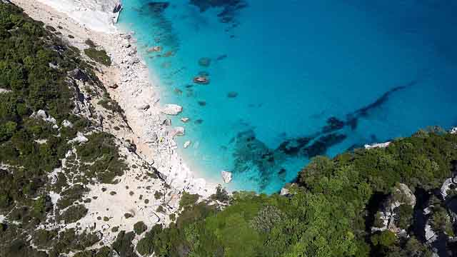 Sardinien Blick von oben auf Strand und Meer