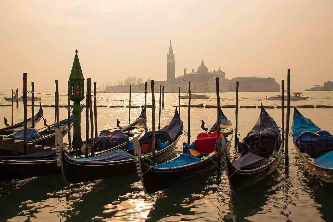 Gondeln in Lagune von Venedig im Morgenlicht