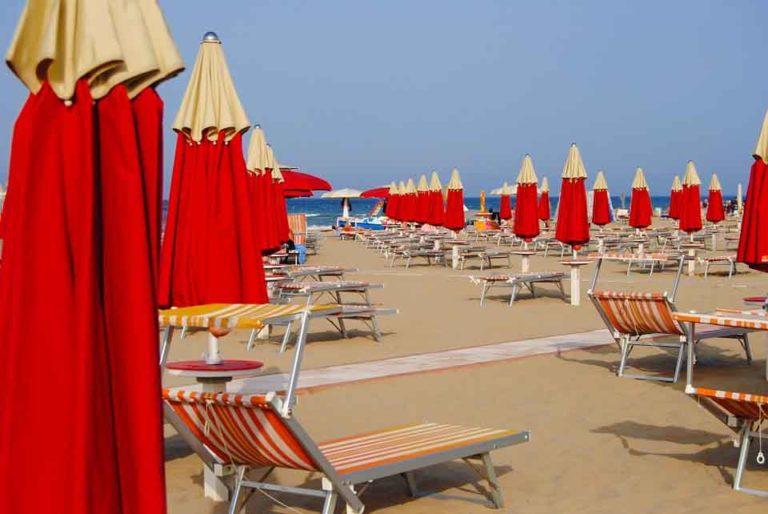 Rimini Strand mit roten Schirmen