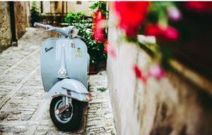 blauer Roller Vespa, mietwagen lin Neapel