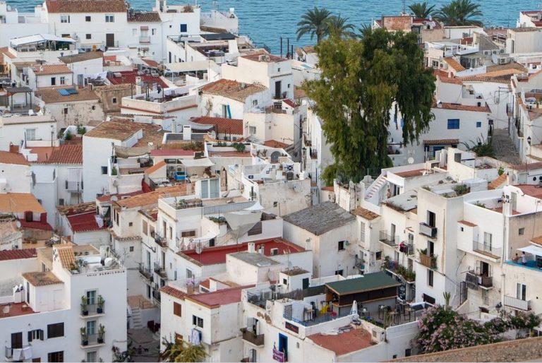 Dorf auf Ibiza mit Haeusern und Daechern