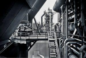 Duisburg schwarz weiss Rohre der Industrie