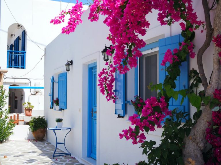 Griechenland Mietwagen Haus mit blauen Fenstern