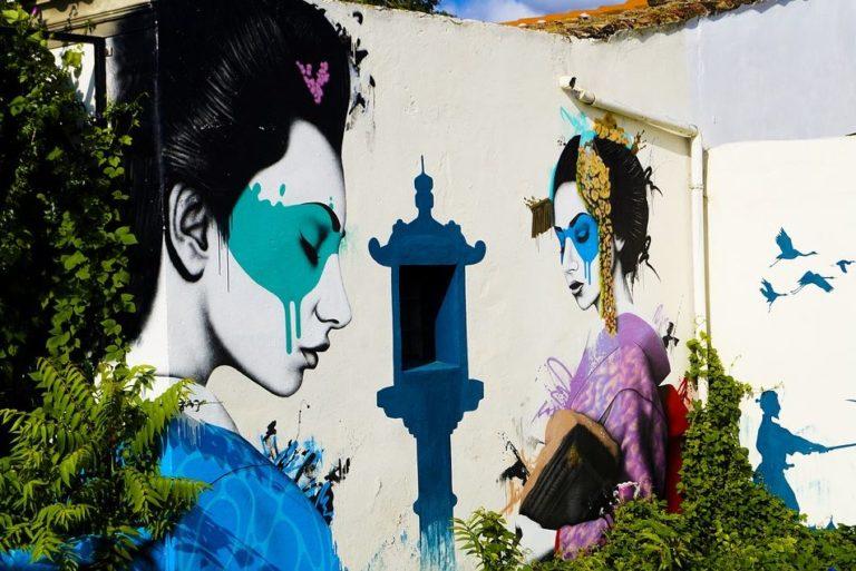 Kunst an einem Haus auf Ibiza