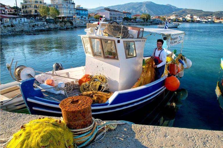 Samos mit Mietwagen entdecken Fischerboot im Hafen