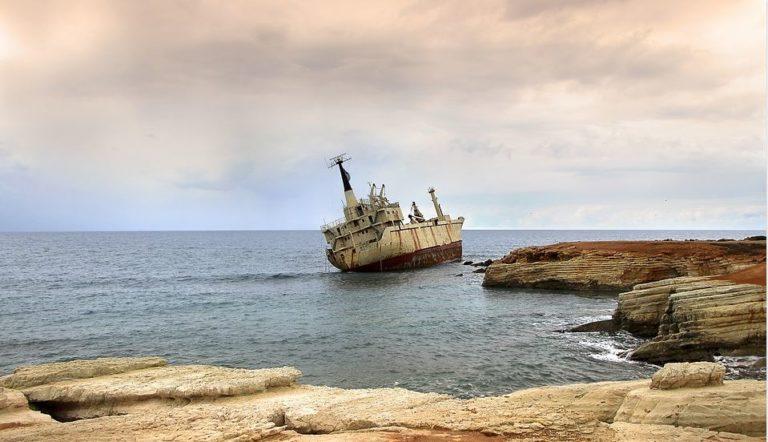Schiffswrack an der Kueste vor Paphos Zypern