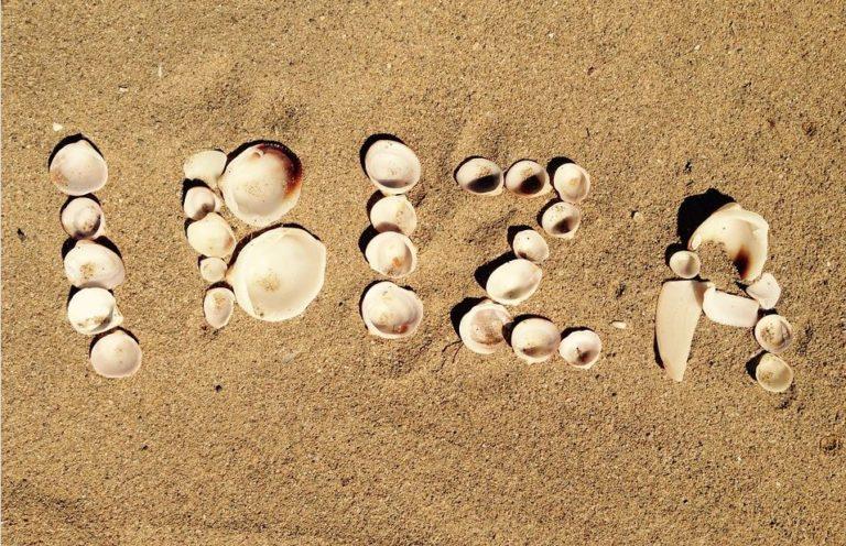 Schriftzug Ibiza mit Muscheln am Strand