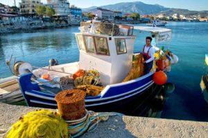 blau weisses Fischerboot im Hafen