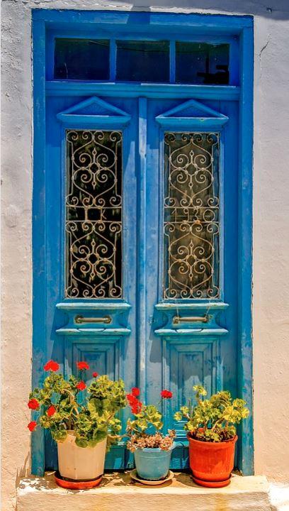 Araxos blaue Haustuere in Griechenland