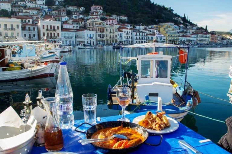 gedeckter Tisch am Hafen von Araxos