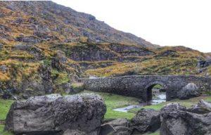 Irische Landschaft mit Mauern, Mietwagen Cork