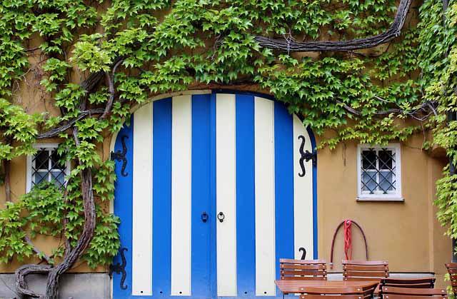 Blau weisses Tor in der Fuggerei Augsburg
