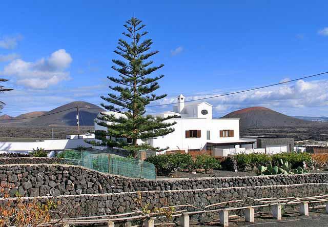 weisses Haus mit Natursteinmauer auf Lanzarote