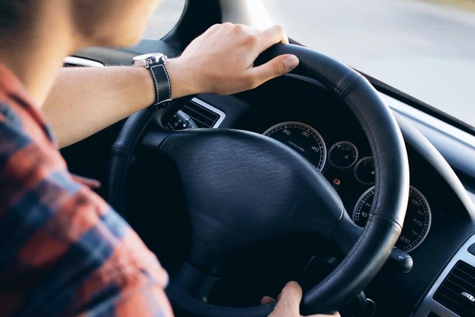 Mietwagen Fahrer am Lenkrad