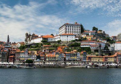 Blick ueber den Fluss auf Porto