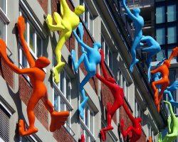 Figuren klettern an Fassade in Duesseldorf