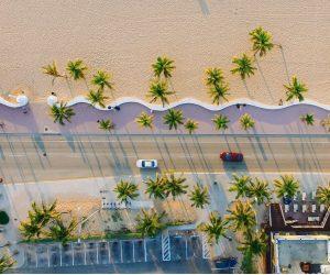 Miami Strand mit Palmen und Strasse
