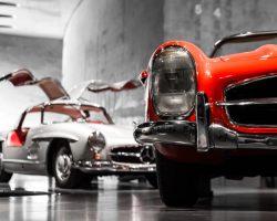 Roter und weisser Mercerdes in Stuttgart Museum