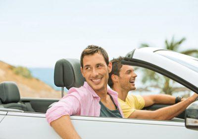 Urlauber im Mietwagen Cabriolet