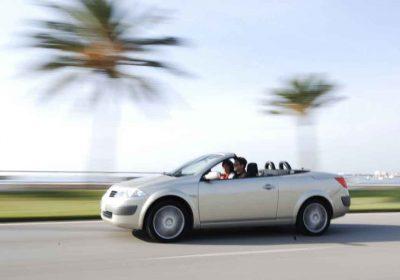 Cabriolet vor Palmen